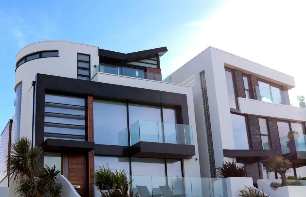 modern building against sky 323780 1024x660 - Jak sprawować większą kontrolę nad wejściem na naszą posesję?