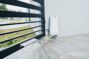 silownik 300x200 - Automatyka bram garażowych